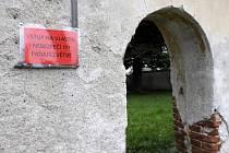 Upozornění na vstupu do zámeckého parku.
