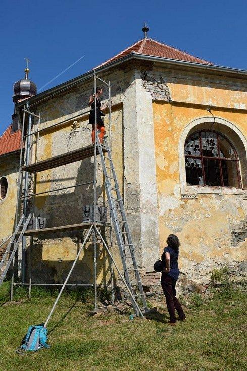 Restaurování slunečních hodin na kapli svatého Judy Tadeáše ve Štítarech u Hostouně.
