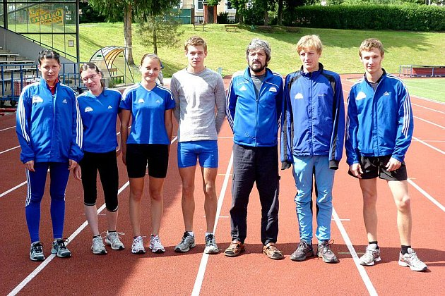DOMAŽLIČTÍ MÍLAŘI při tréninku na Městském stadionu Na Střelnici v Domažlicích. Jejich výprava si na Mistrovství ČR v přespolním běhu v Temelíně vedla úspěšně.
