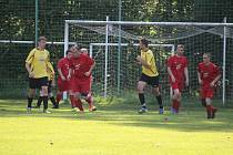 Sokol Hlohová (žluté dresy) doma porazila béčko Sokola Osvračín (červené dresy) vysoko 8:2.