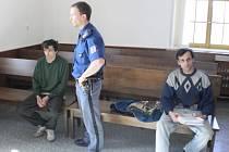 Bratři Matušovi před domažlickým soudem.