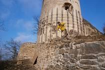 Oprava věže v zámeckém parku v Horšovském Týně.