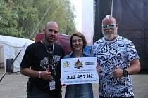Jan Halík (vlevo) předává na Chodrockfestu šek nadaci Šance onkoláčkům.