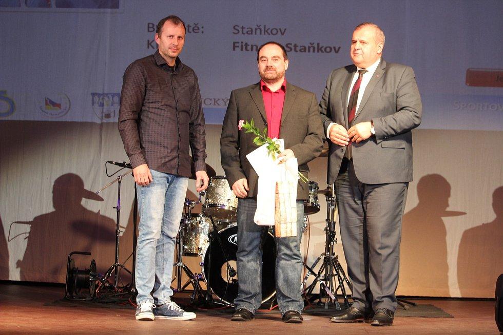 Dospělí - jednotlivci: šestý silový trojbojař Karel Rada starší (uprostřed).