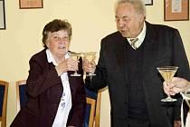 Manželé Marie a Josef Kapicovi si připili do dalších let s celým sedmičlenným vedením obce.