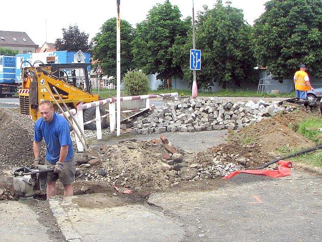 V H. TÝNĚ VZNIKÁ AUTOBUSOVÉ NÁDRAŽÍ. Už více než měsíc je na hlavním tahu Horšovským Týnem částečně omezena doprava. Staví se autobusové nádraží a uzavírka by měla trvat do konce června.