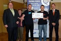 Z VYHLÁŠENÍ Mléčné farmy roku 2013. Uprostřed se symbolickým šekem na 50 000 Kč pro vítěze v kategorii holštýnského skotu zástupci ZOD Mrákov Jan Randa (vpravo) a Václav Váchal.