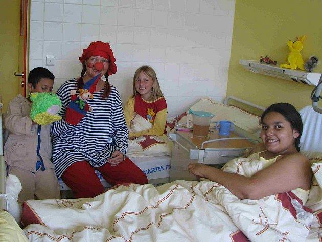 JANA KÖGLEROVÁ Z DOMAŽLIC, kterou znají děti  v Domažlické  nemocnici jako veselou tetu Poly, dokáže rozesmát i toho nejuplakanějšího malého pacienta