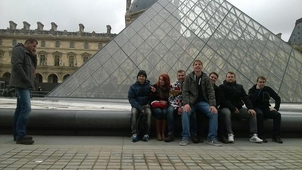 Mrákovští u skleněné pyramidy před Louvrem.