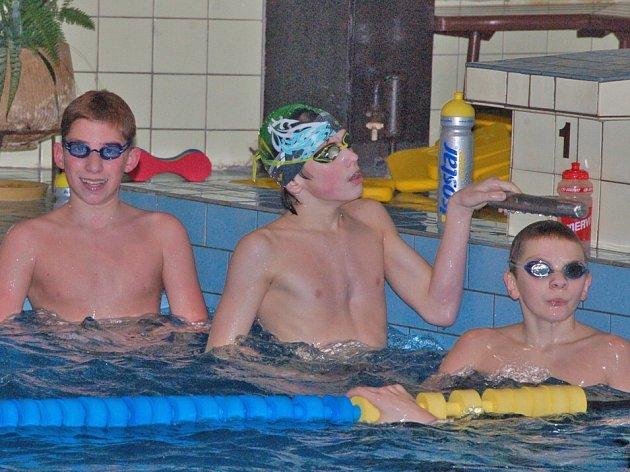 PŘIPRAVIT, PLAVEM! Na snímku Petr Novák (vpravo) a Martin Beber (vlevo), dva účastníci mistrovství České republiky dvanáctiletých žáků.