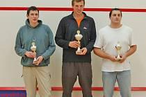 STUPNĚ VÍTĚZŮ. Na snímku jsou tři nejlepší hráči loňského ročníku squashového turnaje – druhý Lukáš Böhm, vítězný Pavel Říha a třetí Zdeněk Plachý.
