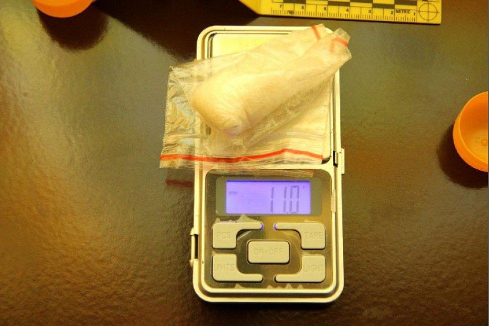 Drogy nalezené při domovní prohlídce.