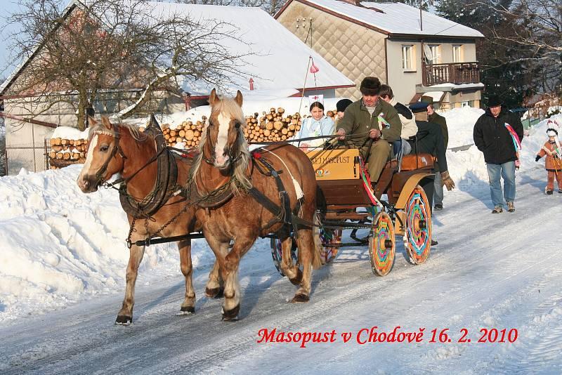 Tradiční masopust, v čele průvodu je kočár s koňmi.
