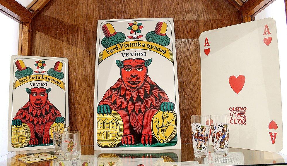 Výstava Chodský mariáš a jiné čertovy obrázky začíná v domažlickém muzeu v pátek večer.
