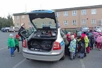 VELKÝ ZÁJEM měly děti i o prohlídku služebního vozu.