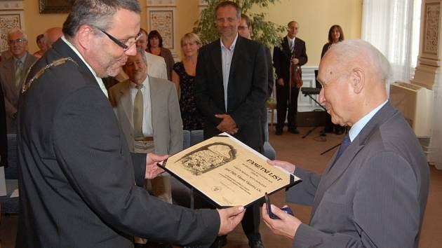Viktor Viktora přebírá pamětní medaili města Domažlice.