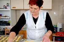 Jak se dělají Co obnáší pekařina a cukrařina si na vlastní kůži vyzkoušela redaktorka Domažlického deníku Helena Bauerová.