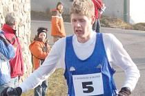 VEDOUCÍ MUŽ. Horkým kandidátem na vítězství v zítřejším krosu je Jiří Voják. V letošní sezóně má zatím skvělou formu. Na snímku dobíhá v prvním závodu podniku Běžce chodska, Novoročním běhu, kde mu o 43 vteřin unikl traťový rekord.