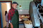 Z moštárny horšovskotýnských zahrádkářů. Veterinář Jan Hojdysz prý u drcení ovoce relaxuje.