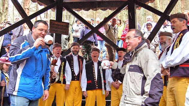 Starosta Domažlic Miroslav Mach (vlevo) si tentokrát připil s předsedou furthských turistů Walterem Spiessem, který musel zastoupit starostu partnerského města Johannese Müllera, jehož služební cesta zavedla do Rakouska.