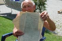 Devadesátiletý Josef Hříšný ukazuje vysvědčení svých rodičů.