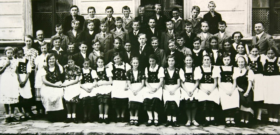 Historička Kristýna Pinkrová připravuje publikaci o historii Bělé nad Radbuzou a okolí. Na snímku je třída školní měšťanky.