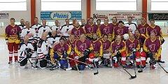 Společný snímek hokejistů Old Boys Domažlice a Kawartha Lakers.