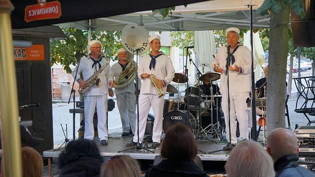 Námořníci hráli v alejích jazz.
