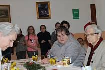 Předvánoční setkání senioři v Domě s pečovatelskou službou ocenili. Potěšily je i děti se svým vystoupením.