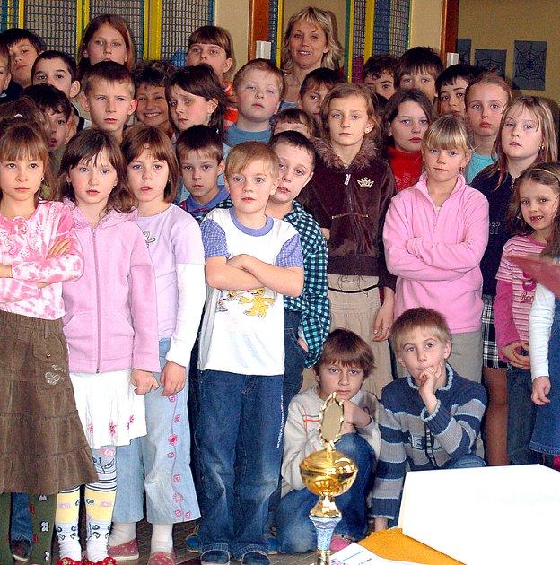 Mrákovští školáci po předání pololetního vysvědčení.