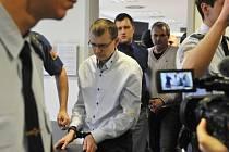 Před soudem stanul zlínský podnikatel Radek Březina (čtvrtý zleva), údajný hlavní aktér nelegálních obchodů s lihem. Společně se svým bratrem Tomášem Březinou (druhý zleva) a dalším mužem Tomášem Pantlíkem je obžalován za daňové úniky při prodeji lihu.
