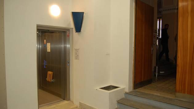 Nový výtah na domažlické radnici zastavuje v sedmi patrech. V přízemí je vstup do nového výtahu ze vstupní haly MKS.