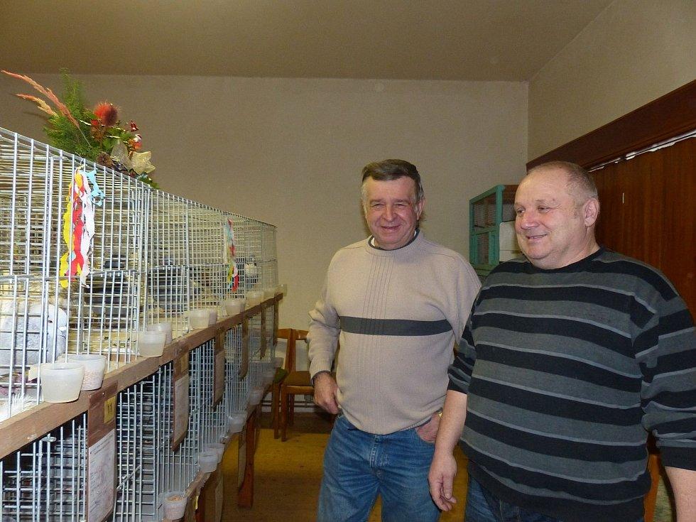 Předseda únějovických chovatelů Alois Kroa (zprava) i holubář Václav Fišer byli s návštěvností zhruba stovky lidí spokojení.
