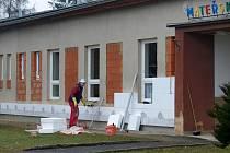 OBJEKT MATEŘSKÉ ŠKOLY V MECLOVĚ se obléká do teplého ´kabátu´. Současnými pracemi se nejen vylepší vzhled mateřinky, ale těmito úpravami se také sníží energetická náročnost budovy.