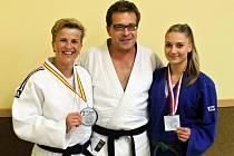 Vicemistryně světa Jaroslava Záhořová (vlevo), uprostřed je trenér Judo Clubu Domažlice Roman Kalous, vpravo je Kamila Forstová, stříbrná z Českého poháru v Teplicích.