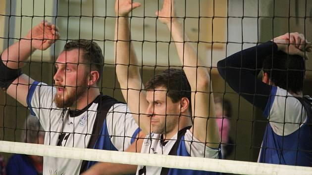 Chodové to přece nevzdávají! I když nevyjde první zápas, je tu ještě druhý! To dokázali domažličtí volejbalisté i v sobotních utkáních proti Volejbalu Modřany, kdy po prohře 2:3 vyhráli 3:1.