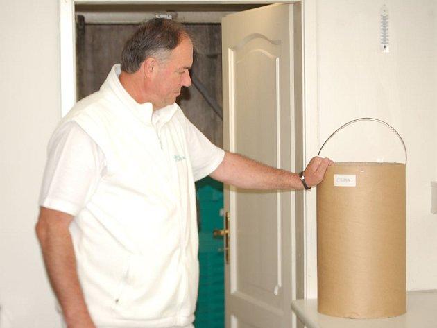 Jiří Herink ukazuje speciální kontejner, v němž je uloženo 11 kilogramů prošlých léků.