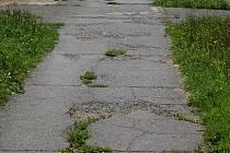Stav některých chodníků na sídlišti Kozinovo Pole vyžaduje opravu.