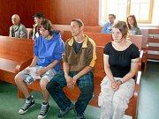 Na soudní lavici (zcela vpředu) sedí  obžalovaní Michal Hůla, Jan Szeder a Kateřina Šlehoferová.