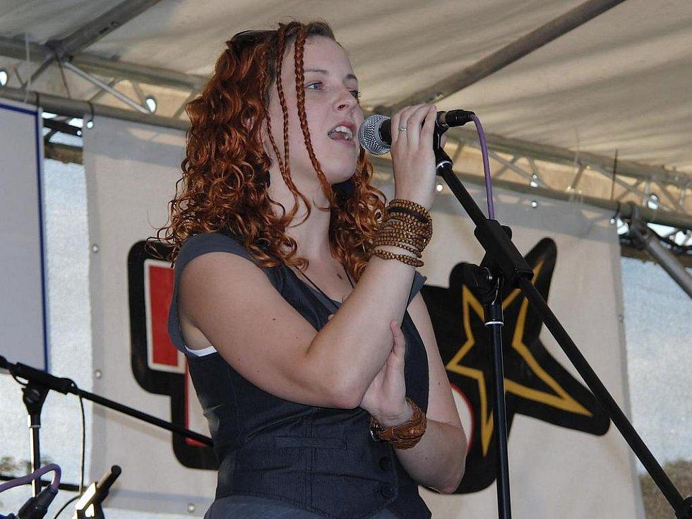 Z vystoupení Petry Páchové a její kapely v zahradě pod Chodským hradem.