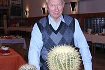 VÁCLAV PILLMAIER. Svůj nejstarší kaktus žertovně zvaný ´sedačka pro tchyni´ předvedl na nedávné zahrádkářské výstavě v Domažlicích.