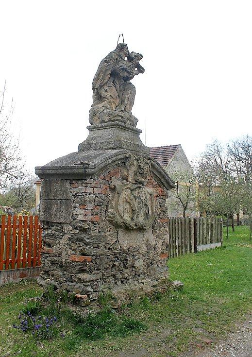 Cesta k zámku se sochou svatého Jana Nepomuckého.