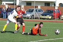 OKRESNÍ DERBY I. B TŘÍDY viděli v sobotu diváci v H. Týně. Domácí FC tam porazilo Klenčí. V červenočerném dresu střílí Andrle, gólu se snaží zabránit klenečtí Pavel Sokol a brankář Jan Sokol.