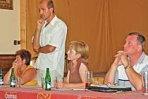 Miroslav Vondaš odpovídal na dotazy a  doporučil řešit kanalizaci i vodovod za jedny peníze.