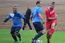 FK Mířkov (v modrém z utkání proti Kolovči B) porazil o víkendu Hostouň 4:2.