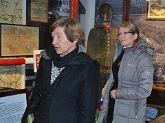 Belgická velvyslankyně Francoise Gustin (vlevo) v Domě dějin Holýšovska.