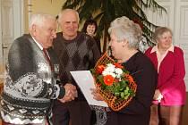 Krátce po složení státoobčanského slibu přijímala Marija Siseková gratulace. Uprostřed manžel Štefan.