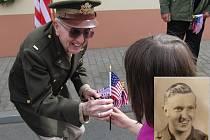MARION L. KIRKHAM. Bratr letce Virgila P. Kirkhama (malý snímek), který zahynul při plnění bojového úkolu, přijíždí pravidelně. I letos kolem sebe rozdával úsměvy a vlaječky.
