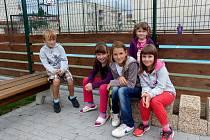 Z HOSTOUŇSKÉHO HŘIŠTĚ. Děti už si dle svého sdělení zvykly, že se musejí na sportovišti vystřídat.