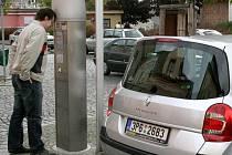 Parkovací automat z Hruškovy ulice v Domažlicích přemístilo město před bývalou Chodskou rychtu.